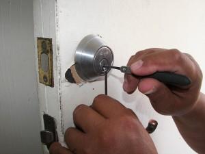 Ouverture de porte sans clé | Comment ouvrir une porte claquée à moindre coût